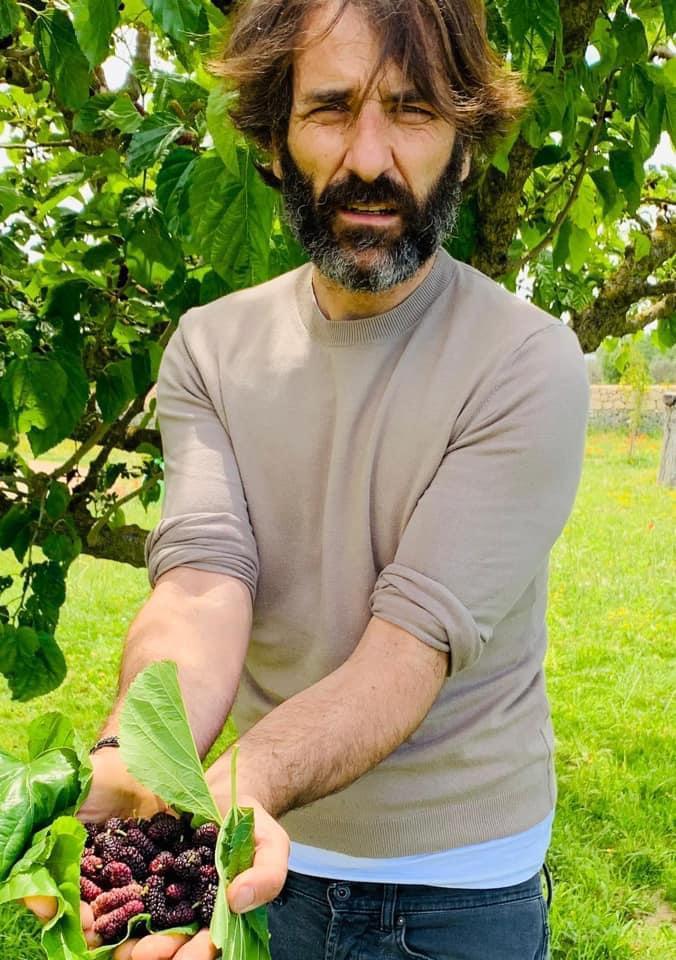 Gigi con frutti di bosco in mano